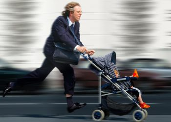 Berufstätiger Mann mit Kinderwagen im Stress / A stressed out employed man with a buggy.